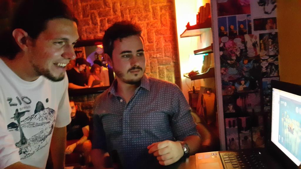 Lucas Mattos da Long Hat House e Francisco Marinho da Plug & Boom jogando Nicebergs